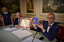 Cérémonie de remise de la Charte ainsi que du cachet officiel